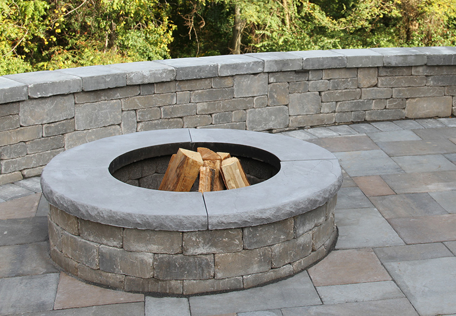 Ashland Fire Pit & Stonegate Wall in Fieldstone | York Tile Pavers in Multi