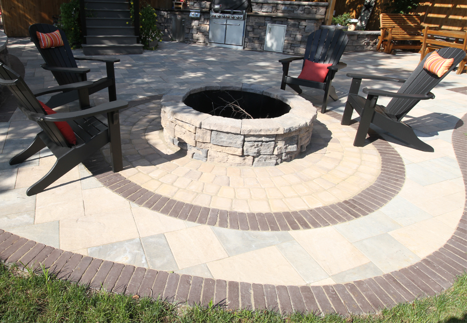 Classic Cobble Circle Kit in Coastal Tan | York Tile Pavers in Coastal Tan and Mountain Ridge Mix | Rosetta Belvedere Fire Pit in Canyon