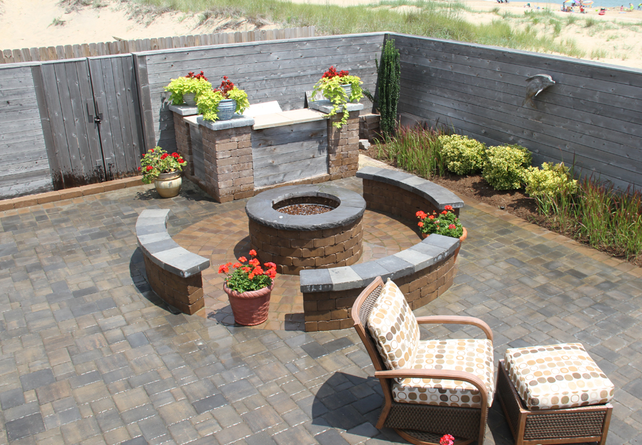 Classic Cobble 4pc Pavers in Fieldstone | Yorkshire Wall & Ashland Fire Pit in Mesquite