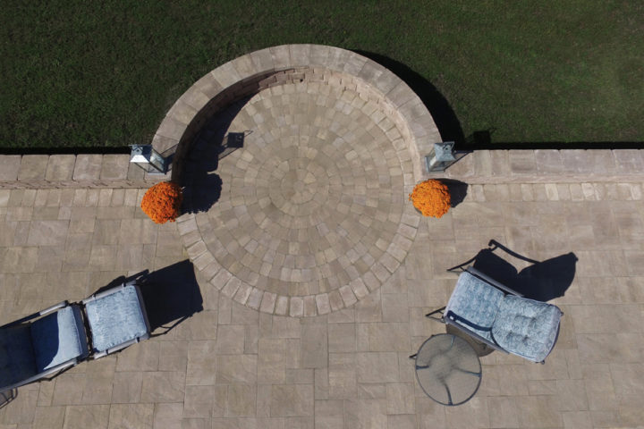 English Cobble Circle Kit Stonegate Wall & York Tile Pavers in Coastal Tan