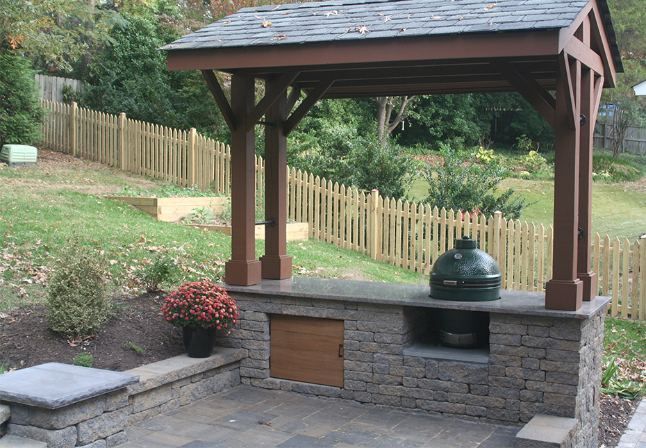 Napa Wall & York Tile Pavers in Fieldstone | Rock Face Flat Top Column Caps in Charcoal