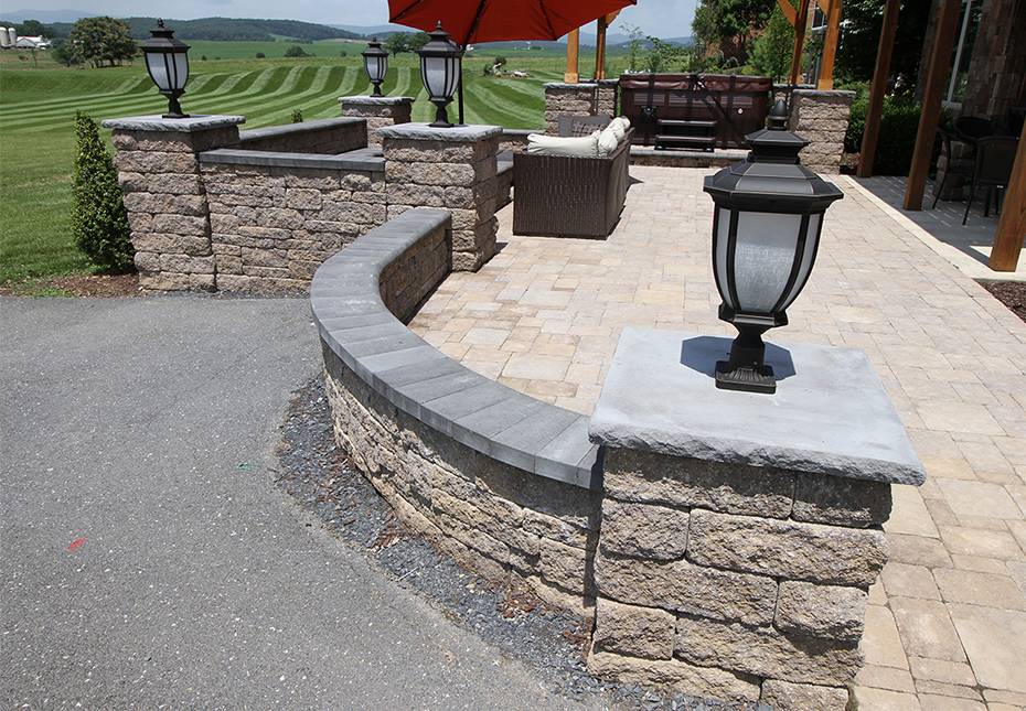 Napa Wall in Fieldstone | Coping in Midnight | Rock Face Flat Top Column Caps in Charcoal