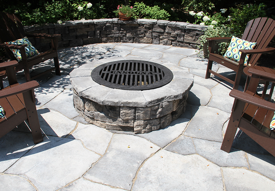 Rosetta Belvedere Fire Pit & Rosetta Belvedere Wall in Canyon | Rosetta Grand Flagstone in Ash