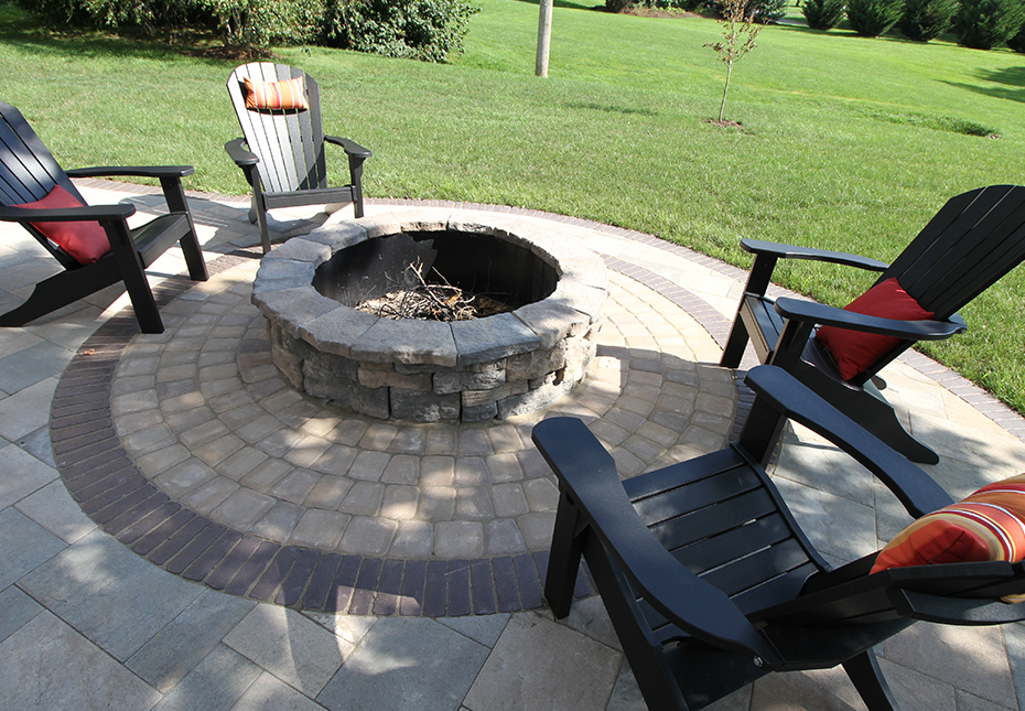 Rosetta Belvedere Fire Pit in Canyon | Classic Cobble Circle Kit in Coastal Tan | York Tile Pavers in Coastal Tan and Mountain Ridge Mix
