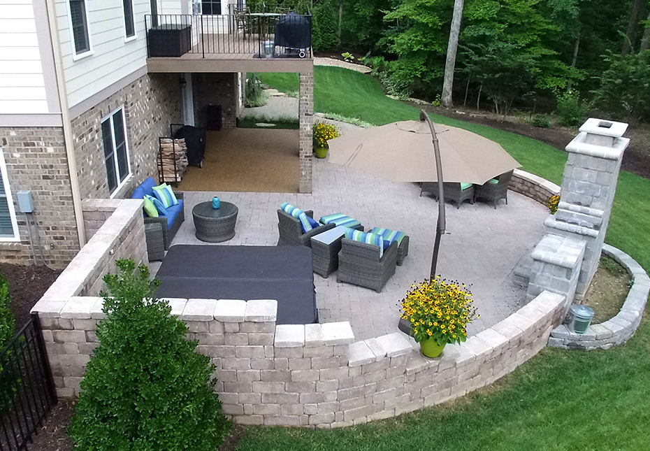 Stonegate Wall in Coastal Tan | English Cobble Pavers in Riverbed Beige