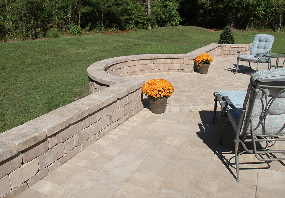 Stonegate Wall, York Tile Pavers & English Cobble Circle Kit in Coastal Tan
