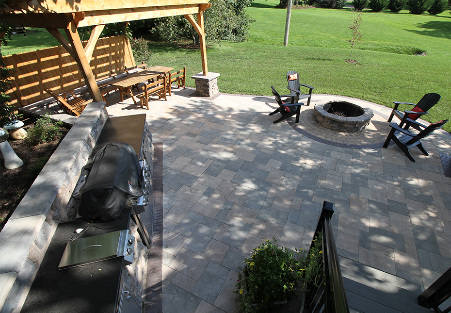 Rosetta Belvedere Wall in Canyon & Saddle | Rosetta Belvedere Fire Pit & Dimensional Coping in Canyon | York Tile Pavers in Coastal Tan & Mountain Ridge