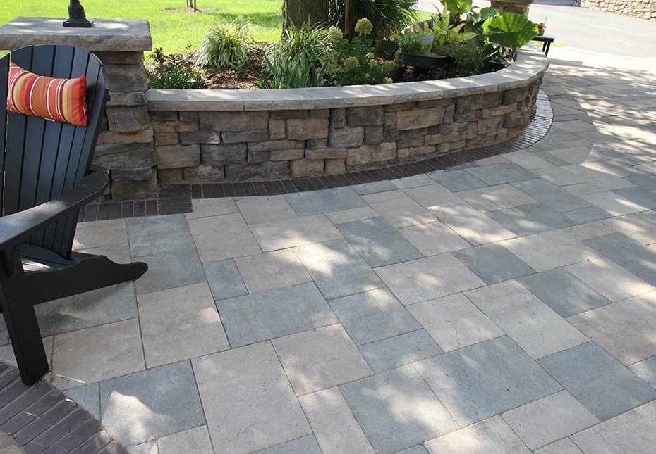 Rosetta Belvedere Wall in Canyon & Saddle | Rosetta Dimensional Coping in Canyon | York Tile Pavers in Coastal Tan & Mountain Ridge