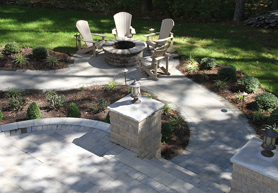 York Tile Pavers, Stoneledge Wall & Ashland Fire Pit in Fieldstone | Rock Face Light-Top Column Caps in Granite