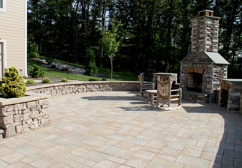 York Tile Pavers in Mesquite & Palmetto Mix | Rosetta Belvedere Wall & Rosetta Dimensional Coping & Column Caps in Saddle