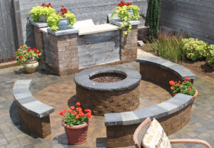 Ashland Fire Pit & Yorkshire Wall in Mesquite | Coping & Wall Caps in Midnight/Granite